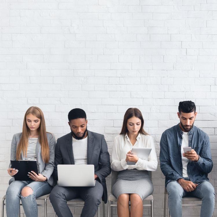 gente esperando por entrevista de trabajo