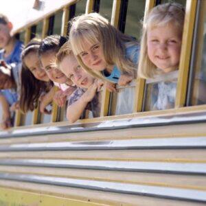 niños en autobus con la t-16